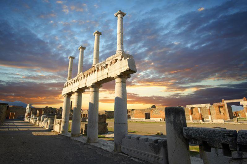 Форум — центр общественной жизни города. Площадь размером 38 на 157 метров, окруженная портиком (галереей с колоннами), была способна вместить все население Помпей.