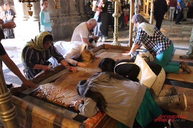 Для кого-то приезд в Израиль - серьёзное паломничество, а кто-то готов целовать всё и вся, толком не зная, кому он в принципе таким образом поклоняется.