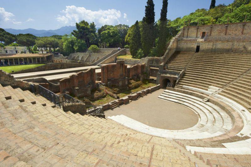 Большой театр — культурный центр города — был построен в III—II веках до н.э. Природный склон использовали для размещения сидений для зрителей. В дождливую погоду мог быть накрыт навесом. Сцена была декорирована колоннами, карнизами и статуями, датируемыми временем после 62 года.