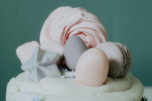 Самые разные сладости могут стать украшением для кулича.