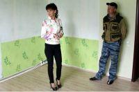 Светлана Бральнина в одном и строящихся в Котласском районе домов.