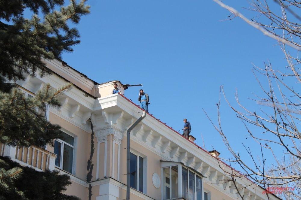 Город просыпается после зимы: начались ремонты крыш, уборка территорий