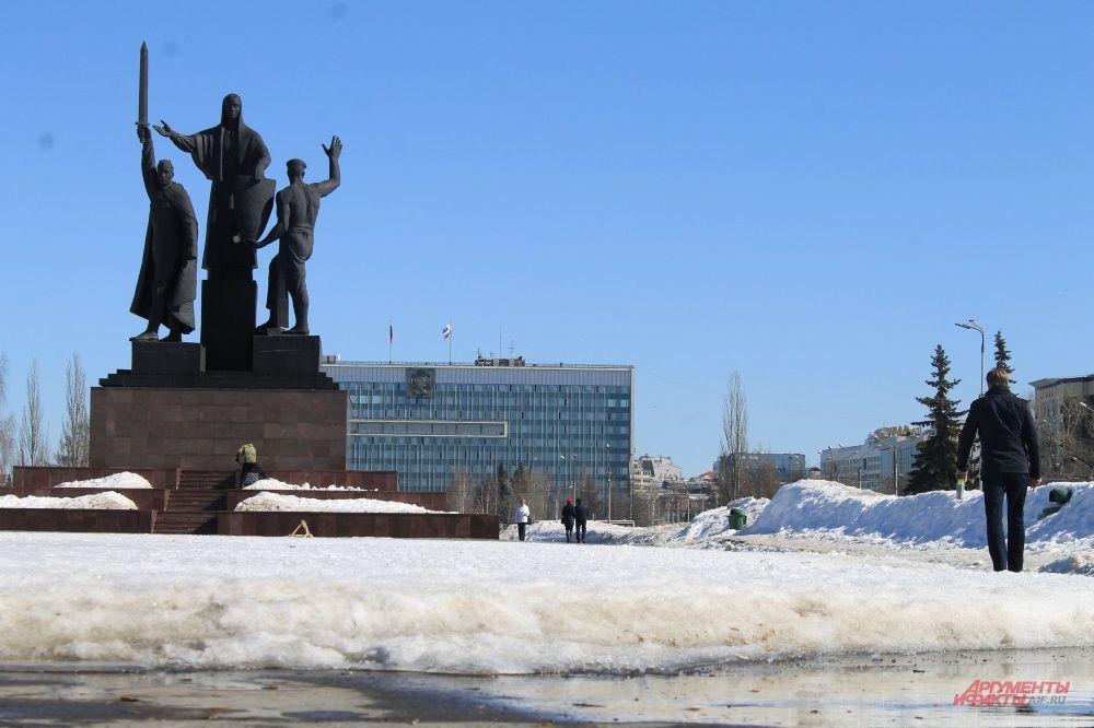Около памятника «Героям фронта и тыла» ещё много снега, но его убирают дворники