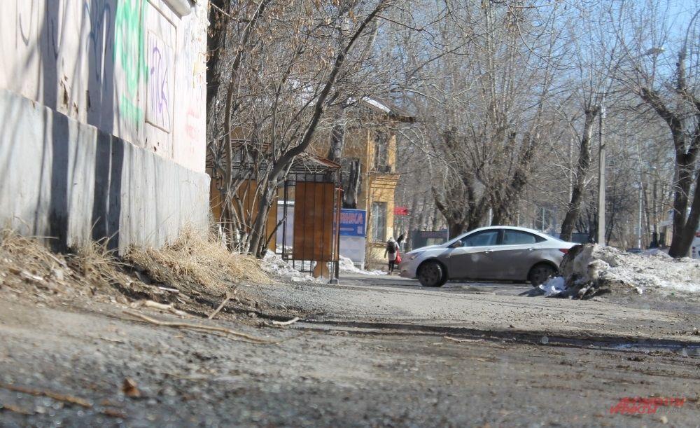 На одной стороне улицы могут лежать сугробы, а на другой, более солнечной, уже нет и следа от зимы