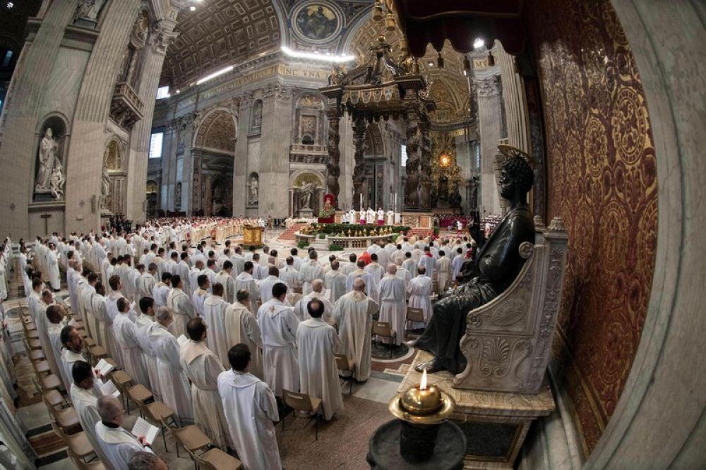 Ну и конечно, главное действие разворачивается в Ватикане, где в дни Страстной недели Папа Римский проводит ряд служб и литургий, готовясь ко дню Воскресения Христова.