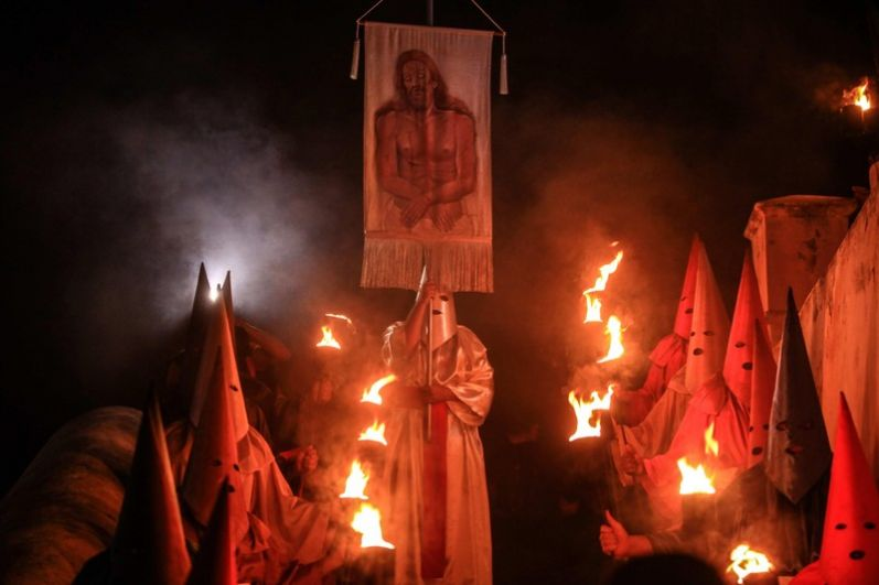 В Бразилии обряды на Страстную неделю могут испугать тех, кто видит их в первый раз. Дело в том, что в Чистый четверг на улицах городов зажигаются факелы и выходят люди в балахонах.