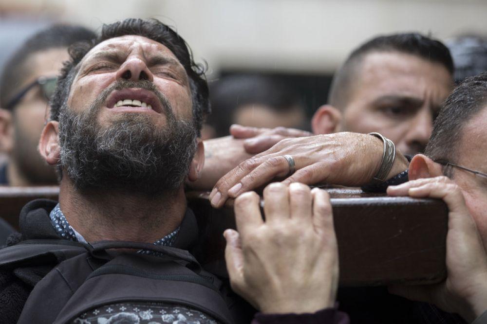 В Великий или Чистый четверг в Иерусалиме - городе, в котором казнили Иисуса Христа, проходит траурное шествие