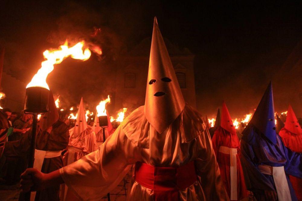 Подобным факельным шествием люди символизируют арест Христа.