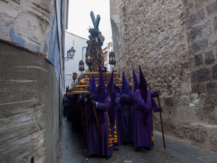 По всей Испании в эту неделю также проходит траурный ход. Но красивее всего в этот день - в Кордове, где люди облачаются в разноцветные балахоны и колпаки с прорезями для глаз. Считалось, что таким образом Дьявол не сможет украсть душу людей.