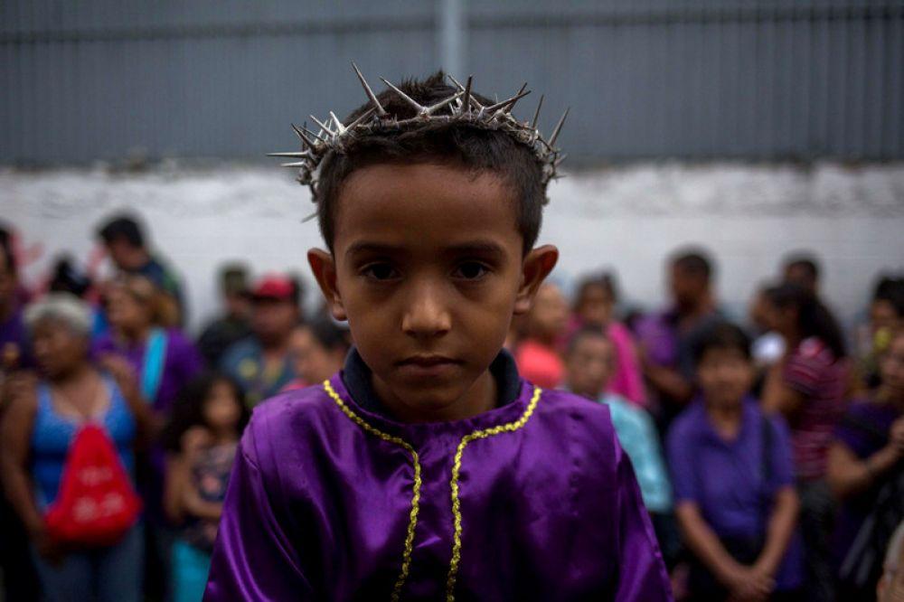 В Венесуэле люди на головы надевают терновые венки, которым украсили голову Иисуса. Кстати, такие венки могут надеть даже детям.