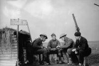 28 ноября 1939 года: Солдаты британского экспедиционного корпуса и французских ВВС на линии фронта. Шутливая надпись над блиндажом «10 Downing Street» — адрес резиденции британского премьер-министра.