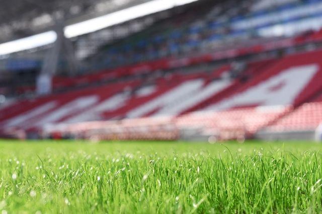 Пять раз уже меняли газон на стадионе.