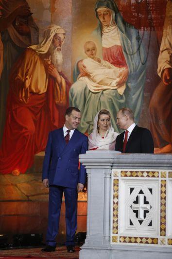 Президент РФ Владимир Путин и председатель правительства РФ Дмитрий Медведев с супругой Светланой на пасхальном богослужении в Храме Христа Спасителя.