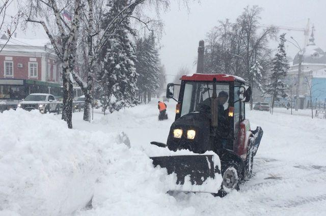 Снег, выпавший в марте, в Барнауле потихоньку убирают в апреле.
