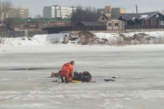 Спасатели доставили пострадавшего на берег.