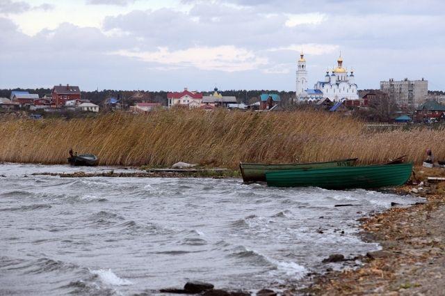 Озеро терпит экологическое бедствие.