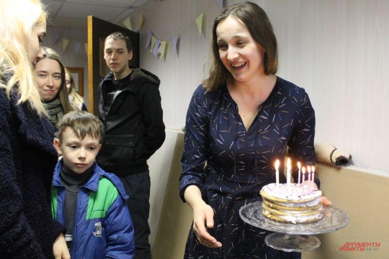 Всех гостей угостили тортиком