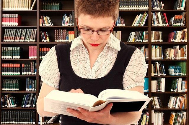 Смену языка фиксируют современные словари.