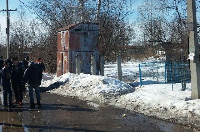 Молодой человек повис на проводах  на улице Гайдара.