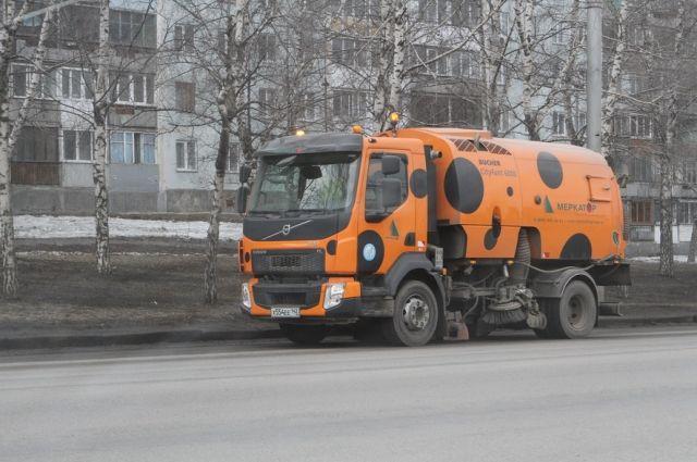 63 специальных машины убирают кемеровские улицы.