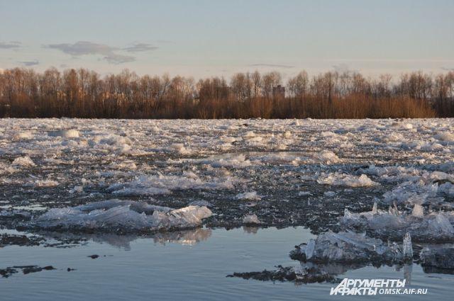 Под Оренбургом в воскресенье на реке Сакмара прошел ледоход.
