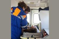 Очевидцы вызвали спасателей, чтобы снять с проводов пострадавшего.