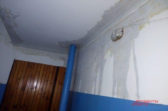 При выявлении происшествия вызывают специалиста из ЖЭУ, следы затопления фиксируют на фото.