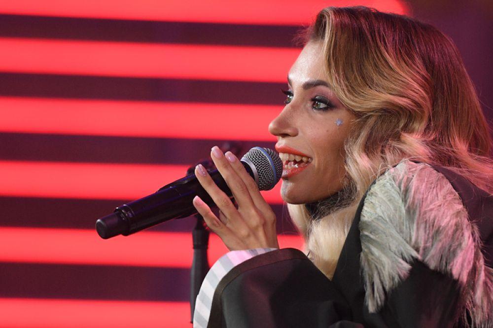 Юлия Самойлова исполняет конкурсную песню.