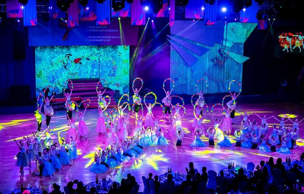 В церемонии открытия были задействованы десятки танцоров и гимнастов.