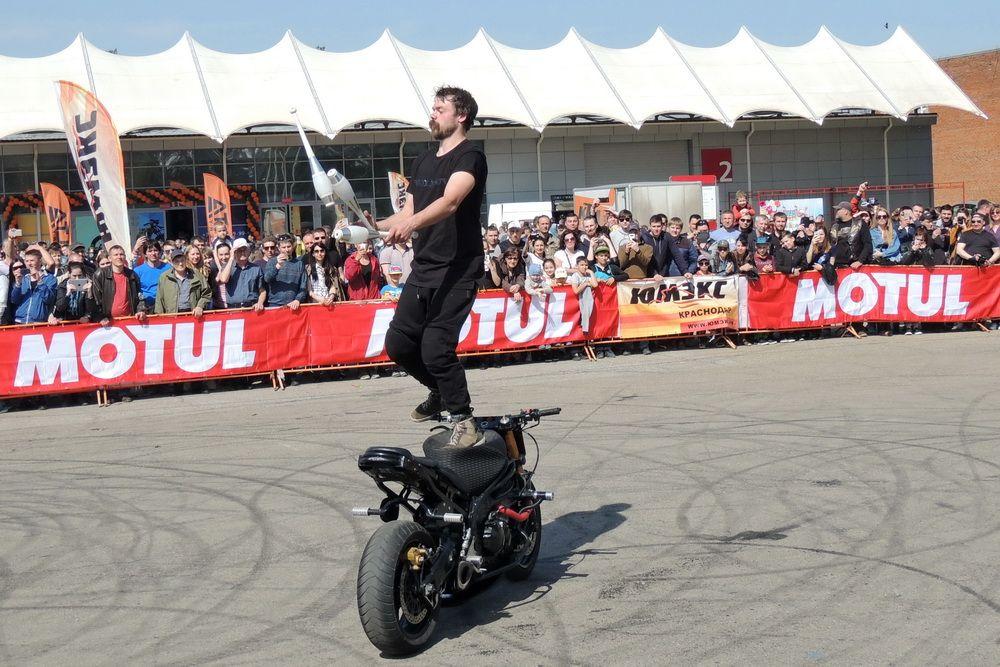 Стантрайдер выполняет сложнейший трюк: жонглирует, стоя на движущемся мотоцикле.