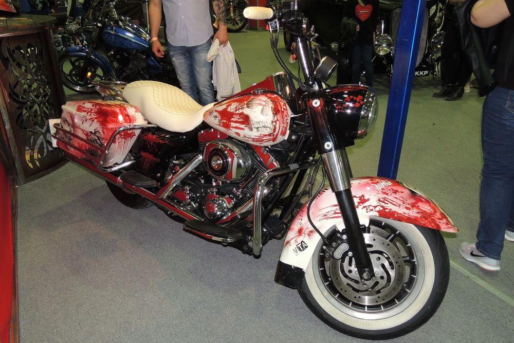 Мотоцикл, украшенный аэрографией.