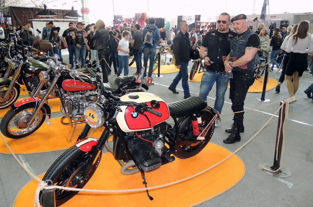 Ценители мотоциклов не могли оторвать глаз от экспонатов выставки.