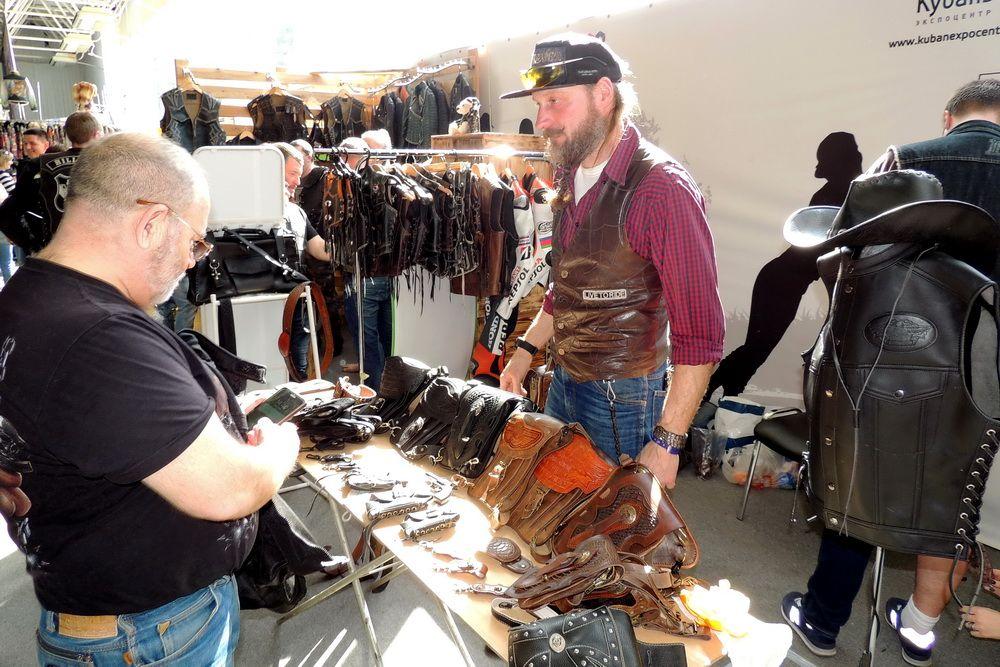 На выставке продавалась байкерская одежда и другая атрибутика.