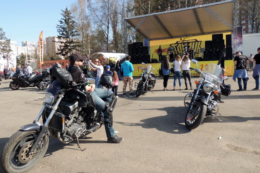 На выставке можно было послушать выступления рок-музыкантов.