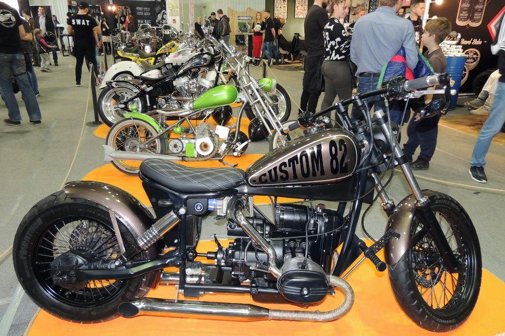 Экспонаты чемпионата-выставки «Кастом Жатва» - серийные мотоциклы, подвергшиеся переделке.