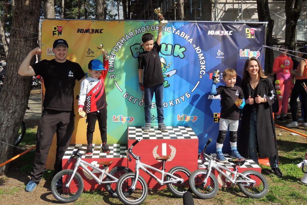 В рамках выставки прошли соревнования на беговелах (беспедальных велосипедах) для детей.
