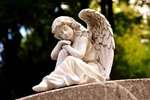 Смысл Радоницы - посещать усопших на кладбище, поминать и радоваться их переходу в вечную жизнь.