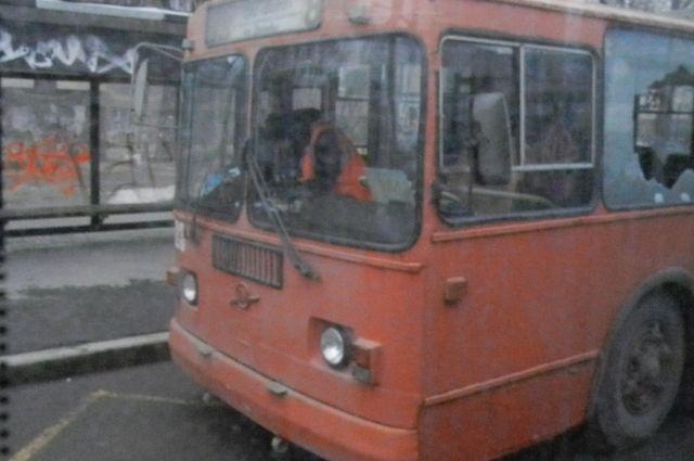 У троллейбуса в результате столкновения в салоне разбилось боковое стекло.