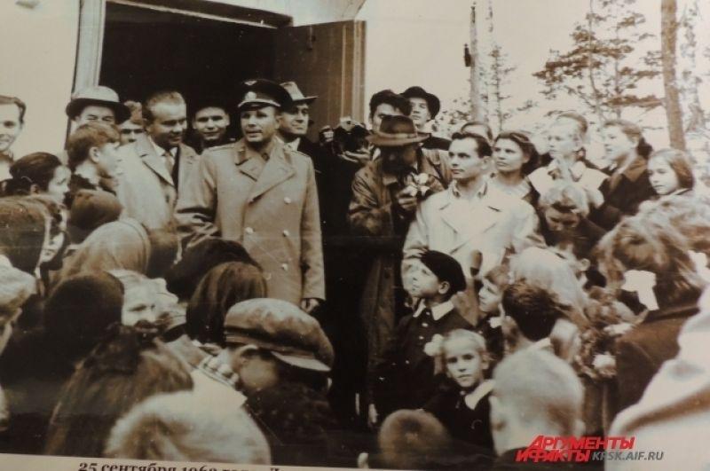 Гагарин на встрече со школьниками.