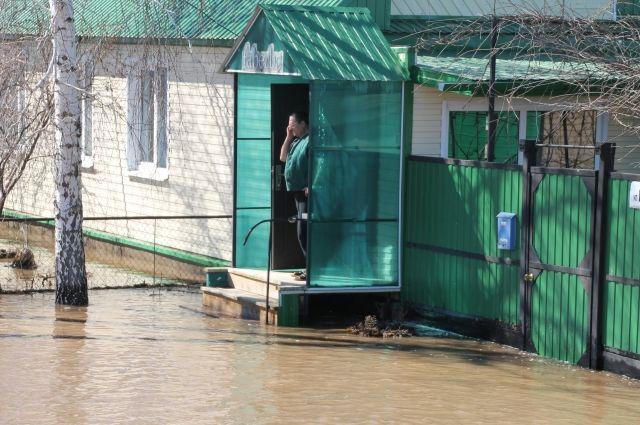 Первый в этом году потоп начался в Шолоховском районе - из берегов вышла река Чёрная, подтопив хутор Кружилинский.