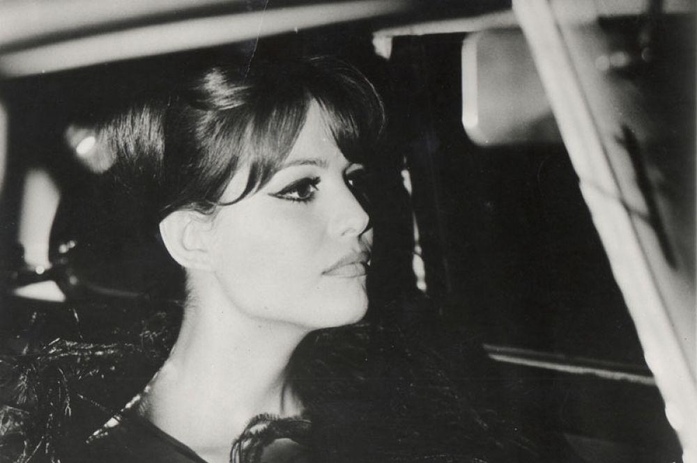 «Восемь с половиной» (1963) Федерико Феллини — Клаудия. Картина считается классикой мирового киноискусства и одним из величайших кинофильмов в истории.