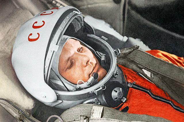 Юрий Гагарин вкабине космического корабля «Восток» вовремя первого вмире орбитального космического полета 12апреля 1961года.