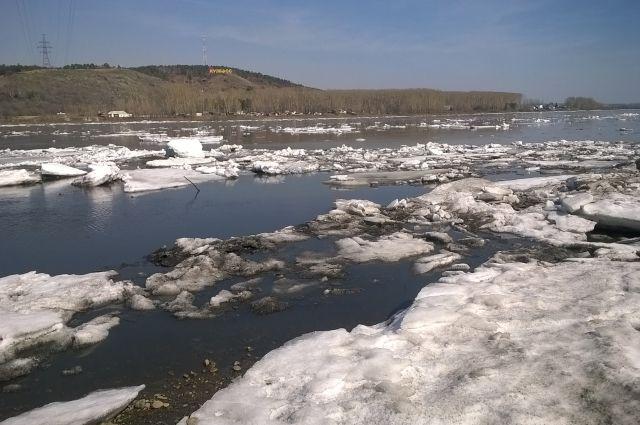 На двух кузбасских реках начался ледоход.