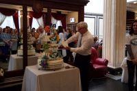 """""""Радуга"""" угостила всех гостей мероприятия юбилейным тортом."""