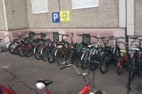 Транспорт лучше оставлять на специальных парковках и пристёгивать замком.