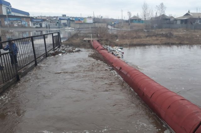Талые воды залили дороги и вплотную приблизились к домам.