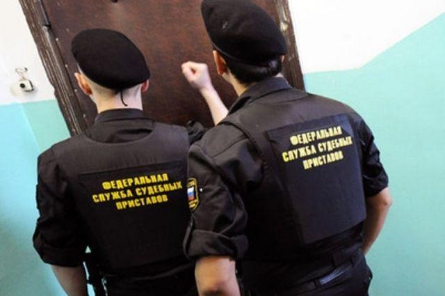 О долгах мужчина узнал только после того, как приставы арестовали дом и другое имущество.