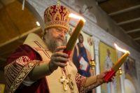 По традиции священники передают огонь верующим с помощью свечей.