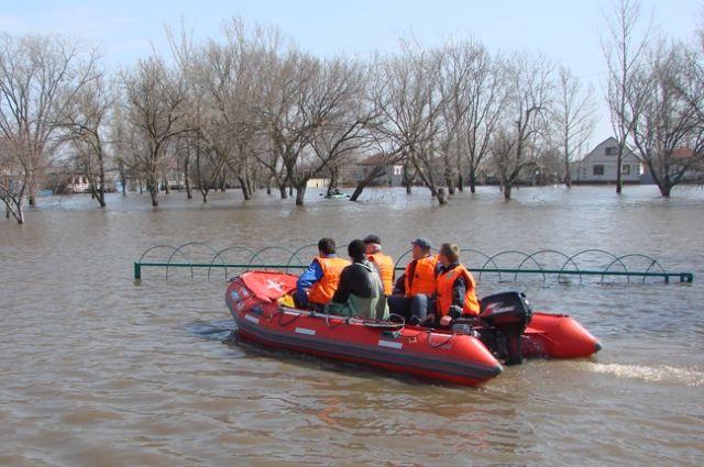 В затопленных поселениях спасатели трудились круглые сутки.