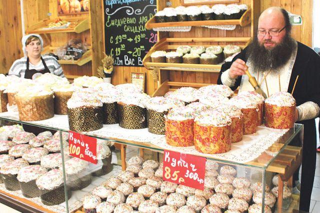 Каждый год накануне Светлой Пасхи пекарня приглашает священника для освящения куличей.